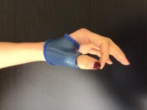 image avec une main portant une attelle pour traiter une rhizartrose