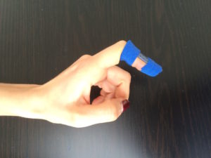 image showing a finger with a splint specific for mallet finger